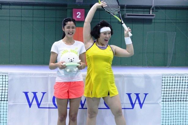 「テニス太郎」の企画で エキシビションマッチに臨んだモデルの季葉とフォーリンラブのバービー