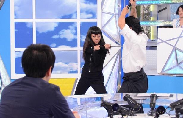 【写真を見る】日本のテレビで華麗な殺陣を初披露する祐真