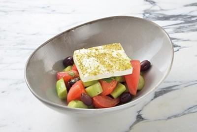 野菜たっぷりのヘルシーな料理も多数!「グリークサラダ-トマト、キュウリ、カラマタオリーブ、フェタチーズ-」(1728円)
