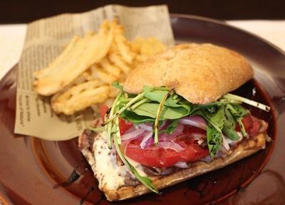 ボリューム満点の「ローストビーフサンドイッチ」(1400円)。野菜もたっぷり入っている