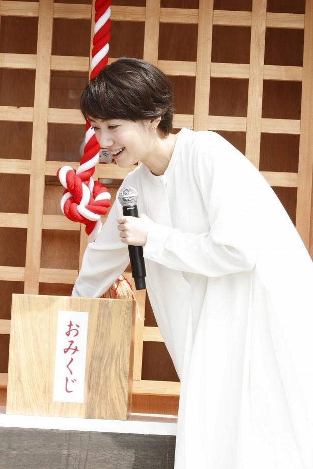 大野智が手を入れて「すっごい入ってる!」と驚いたおみくじの箱に手を入れて、波瑠も「本当だ」とビックリ。そして「ほ!」っと取り出す