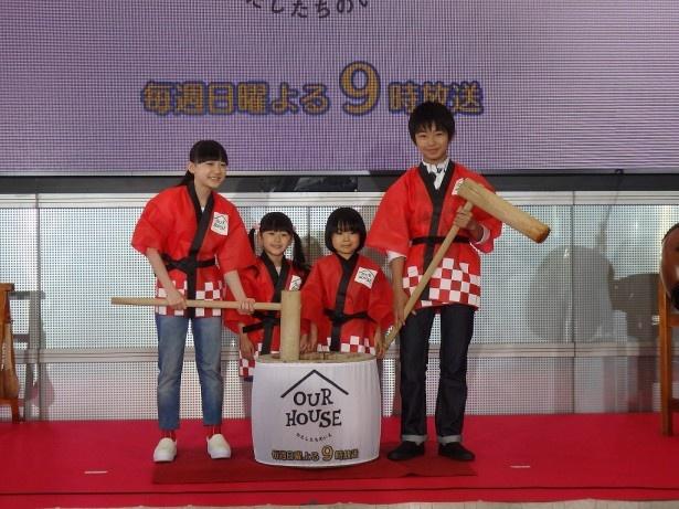 【写真を見る】4人で力を合わせて柏餅作りに挑戦