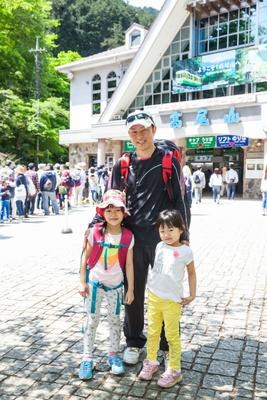 【写真を見る】中村仁さん(写真中)と、愛美ちゃん(同左)、愛莉ちゃん(同右)姉妹
