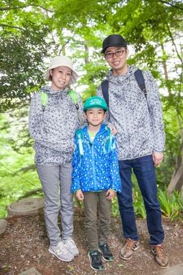 亮さん(写真右)、綾乃さん(同左)、浬くん(同中)の谷本さん一家