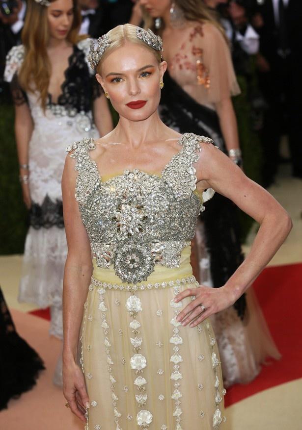 ドルチェ&ガッバーナのドレスを着たケイト・ボスワース