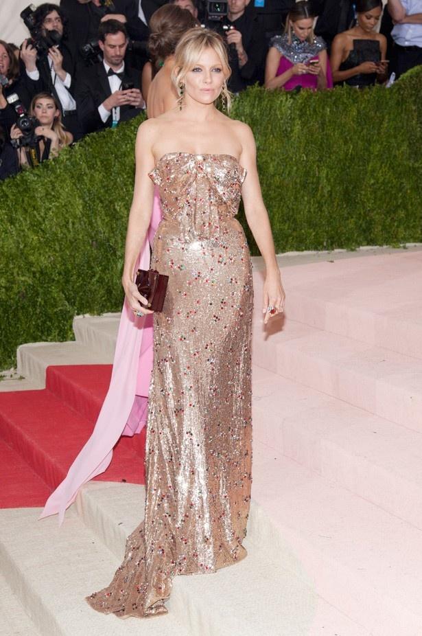 シエナ・ミラーはグッチのドレス