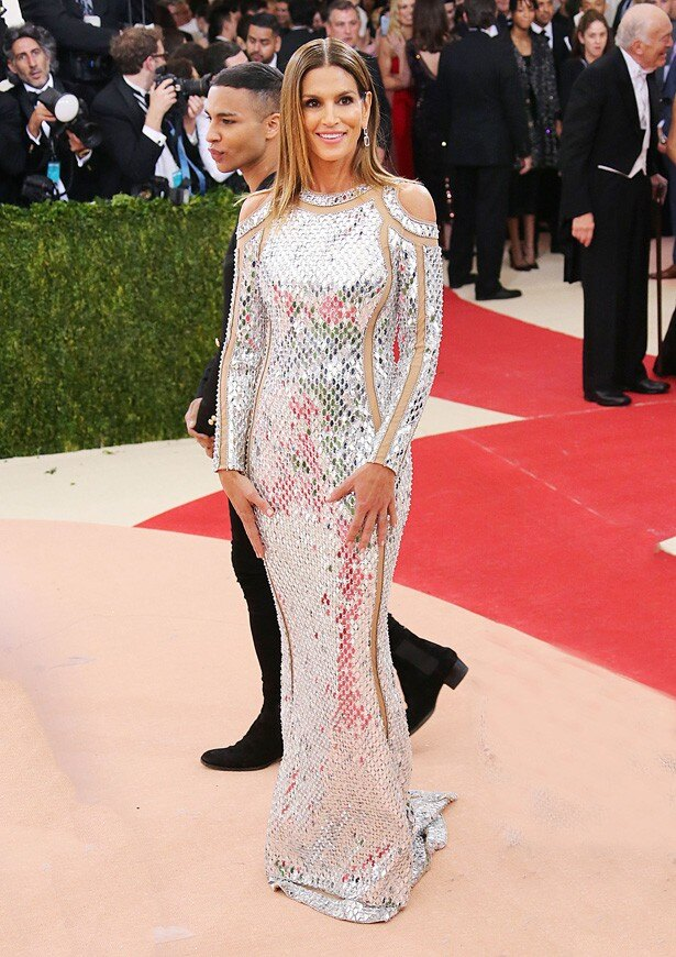 バルマンのドレスを着たシンディ・クロフォード