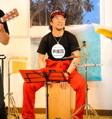 パーカッションを担当する、声優の伊藤健太郎。神奈延年と共に今回のチャリティーライブを提案