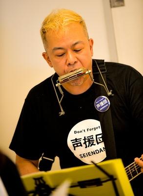 声援団のギター担当、声優の神奈延年。今回のチャリティーライブ発起人の一人でもある