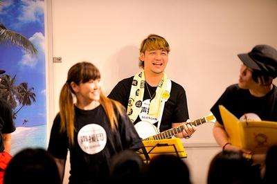 声優の勝杏里(中央)。声援団のコアメンバーでギターも担当