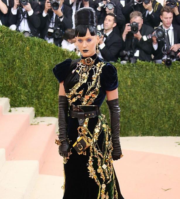 【写真を見る】ゴージャスなドレスでMETガラに登場したケイティ・ペリー