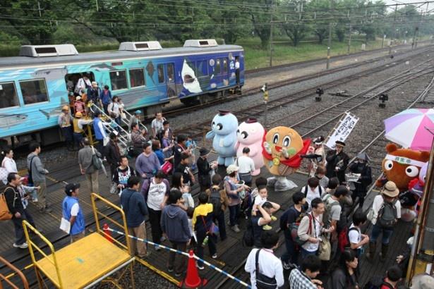 【写真を見る】秩父鉄道ゆかりのキャラクターも集合。子供たちも大喜びの催しだ