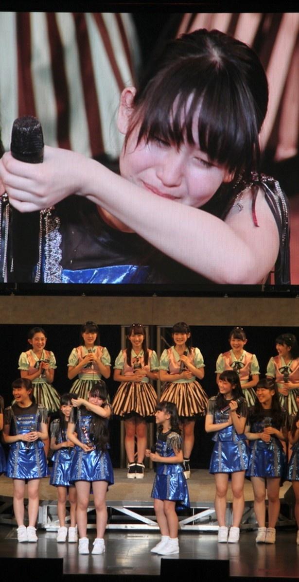 【写真を見る】受賞の喜びから泣き崩れる笠原桃奈(中央左)と清野桃々姫(中央右)