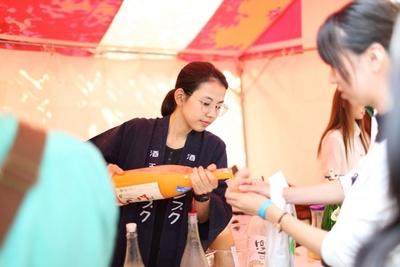 【写真を見る】酒造の人から日本酒の話しを聞くこともできる