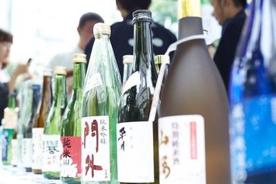 会場には約100種類の日本酒がズラリ