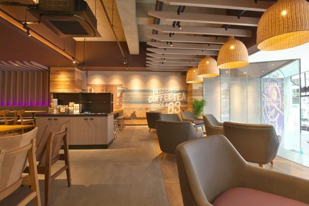 マリブビーチをイメージした店内にはゆったりとしたソファなどが置かれている