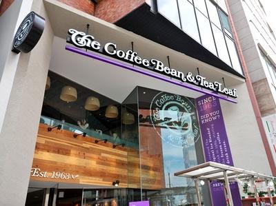 紫色の看板が目印。平日は朝7:00オープンなので、出勤前にも立ち寄りやすい