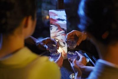 【写真を見る】モダンな行灯によって希少な日本酒が一層引き立てられる空間に