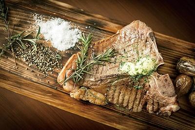 ステーキやグリル料理も豊富にそろう/セントレジス ビアガーデン