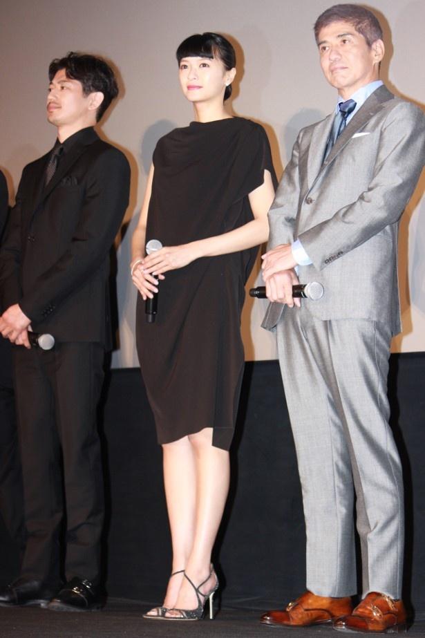 【写真を見る】榮倉奈々が黒のワンピースで美脚を披露