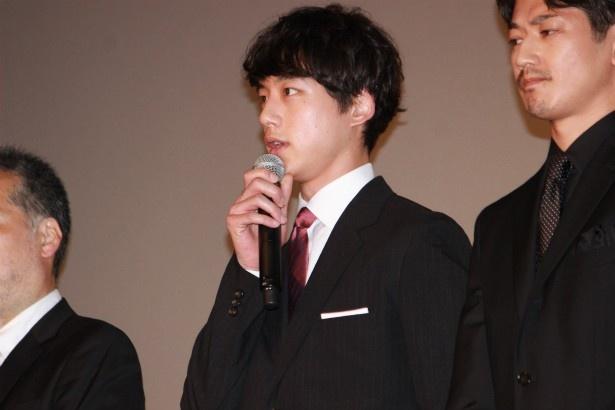手嶋役の坂口健太郎