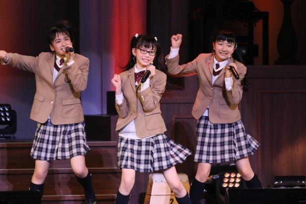 さくら学院の山出愛子、吉田爽葉香、日高麻鈴(左から)※高は「はしご高」が正字