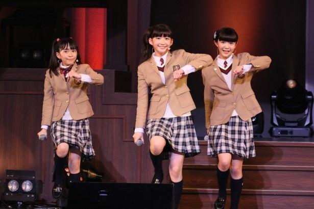 さくら学院の藤平華乃、岡崎百々子、麻生真彩(左から)