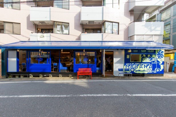 NY本店と同じブルーを基調とした外観と真っ赤なベンチが目印
