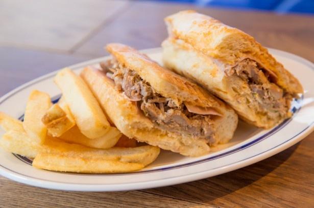 ハムとチーズ、⾃家製 ローストポークをたっぷり挟んで、プレスして焼き上げたサンドイッチ「クバーノ」(full・1400円)