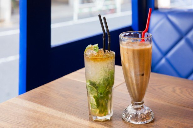 Cafe Habana NYの名物ドリンク「カフェ コン レチェ」(650円)と、キューバの定番カクテルの「モヒート」(900円)