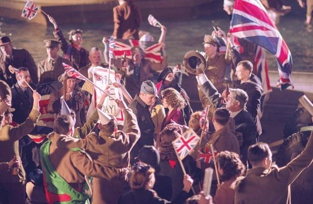 ヨーロッパ戦勝記念日を迎え、歓喜する群衆の中に交じるエリザベス王女