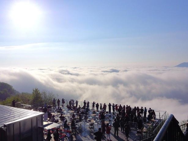 雲海テラスでは、温度など気象条件が合えば美しい雲海を眺めることができる。写真は滝のようにダイナミックな動きが楽しめる太平洋産雲海