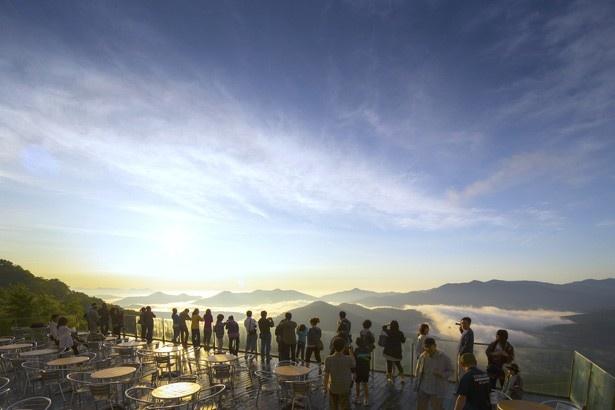 【写真を観る】雲海テラスで神秘的な景色を眺めながら特別な朝の時間を楽しもう。公式ホームページでは毎日15時ごろより翌日の「雲海予報」を公開。チェックしてお出かけを