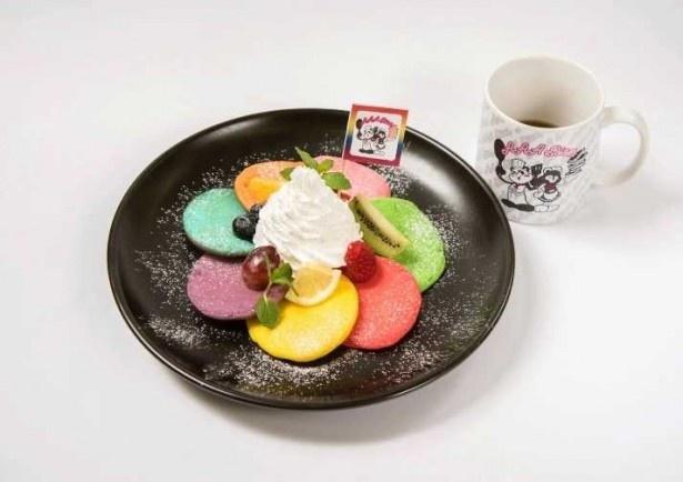 メンバーカラー7色のレインボーパンケーキと7色のフルーツが印象的な「レインボーパンケーキ~ふわふわ軽いポイップクリーム~※マグカップ付き」(税抜1580円)