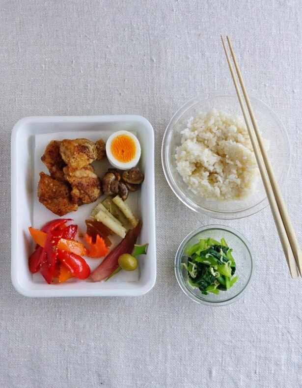 鶏の竜田揚げ弁当の中身はこちら。揚げ物は詰める前にペーパータオルの上にのせて油を切ろう