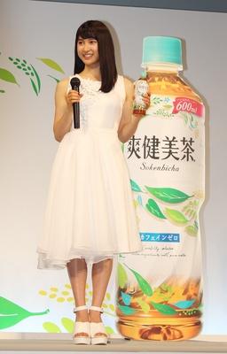 イベントでは緑のドレスから白のドレスへと、早着替えに挑戦した土屋。「爽健美茶と一緒に真っ白に生まれ変わっちゃいました」