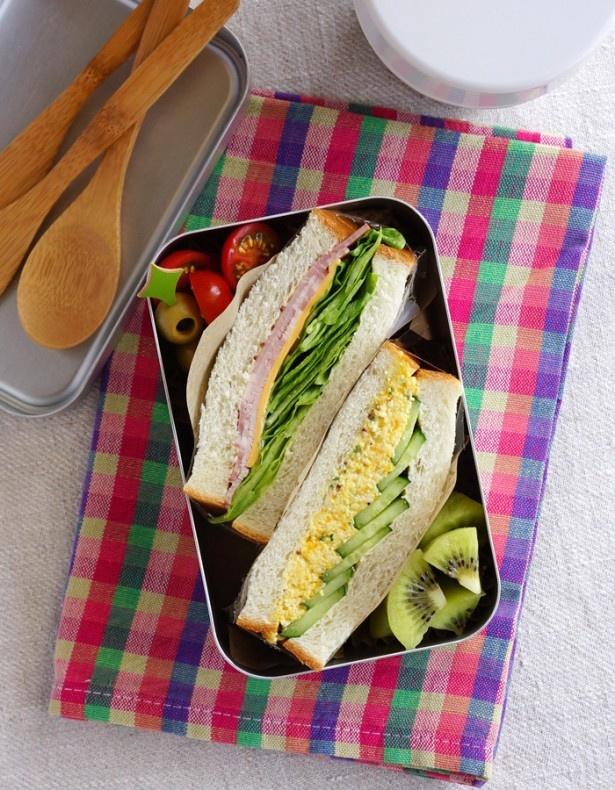 基本の詰め方で作ったサンドイッチ弁当。食べやすいように、フォークやスプーン、ナイフを用意すると安心だ