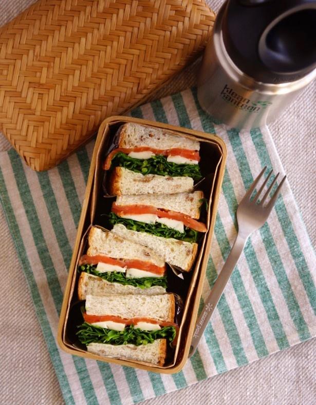 こちらのサンドイッチ弁当は、サンドイッチをお弁当箱に合わせて4等分し詰めた