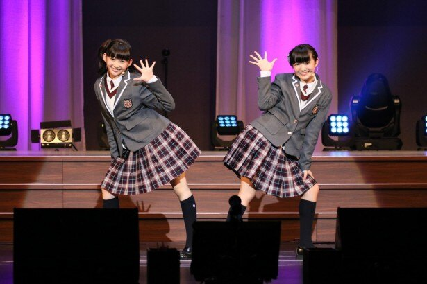 さくら学院の岡崎百々子、麻生真彩(左から)