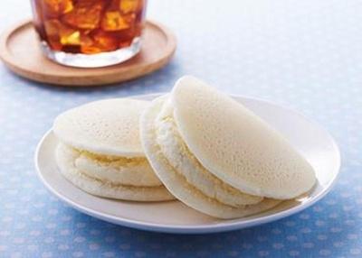 【写真を見る】人気の白スイーツがセブン-イレブンに登場!もちもち生地とレアチーズホイップの絶妙ハーモニーが味わえる「もっちり白いレアチーズどら」(140円)