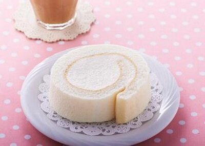 ホワイトチョコレートのホイップクリームがたっぷり!「まっしろホワイトチョコロール」(230円)