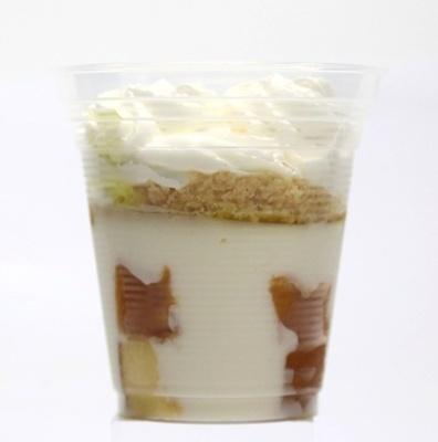 レアチーズムース、レモンシロップ入りスポンジの5層からなる「レアチーズケーキ」