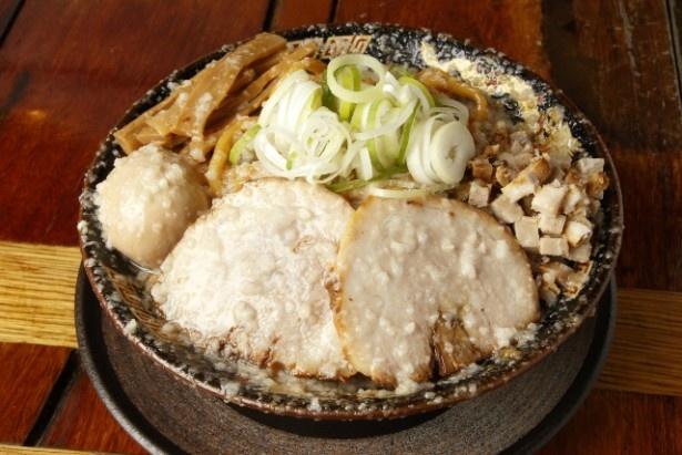 麺もトッピングも大ボリュームの「爆盛油脂麺」。これで880円はリーズナブル