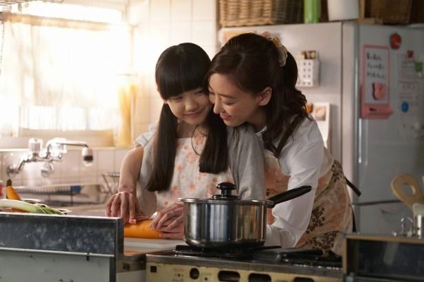 渡辺は、芦田愛菜をはじめ4人の子役に「現場に入るとみんなのかわいさに癒やされてリラックスできてます」と語る