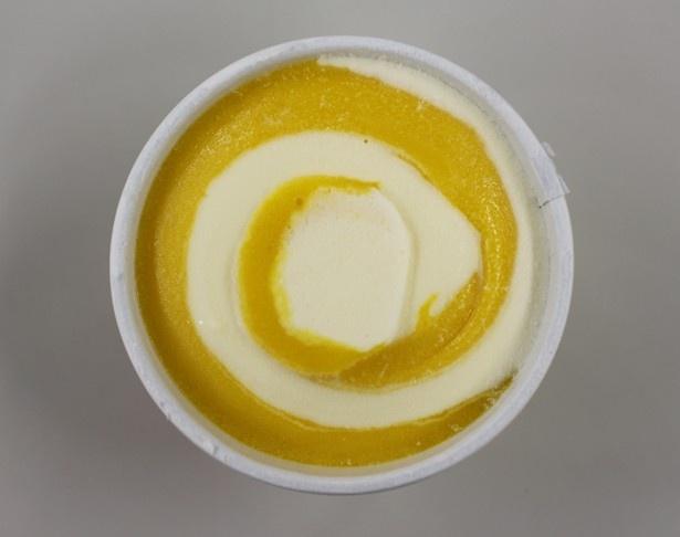 【写真を見る】バニラアイスクリームの白にマンゴーの鮮やかなオレンジ色がよく映える