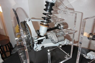 四輪駆動および四輪操舵システムを採用。いかなる路面でも高いパフォーマンスを発揮する