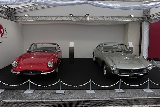 会場に展示された330GTC(左)と250GT Berlinetta Lusso(右)