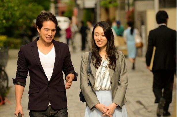 【写真を見る】麻也子は運命的な出会いをした通彦(市原隼人)と禁断の恋に落ちて行く