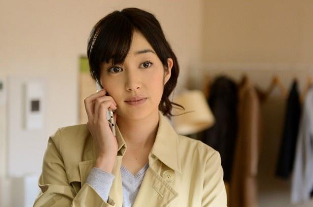 麻也子の友人・久美(高梨臨)は、まさかの麻也子の夫と不倫中!