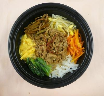 【写真を見る】「カルビクッパ」(480円)。牛肉の旨味や辛みを効かせたスープがたまらない!牛カルビやモヤシ、ニンジンなど5種類の野菜も摂れる